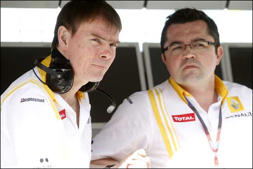 Алан Пермейн (слева) и глава команды Renault F1 Эрик Буйе
