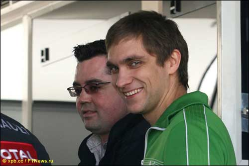 Виталий Петров с руководителем команды Renault Эриком Буйе