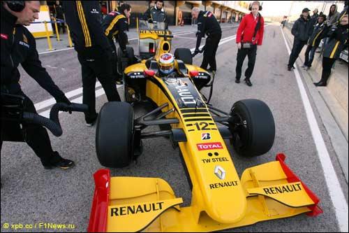 Виталий Петров за рулем Renault R30 на тестах в Валенсии