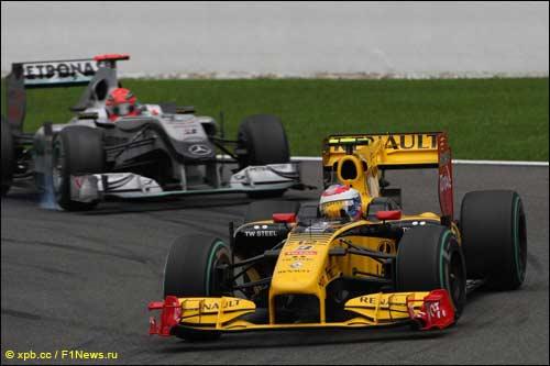 Виталий Петров и Михаэль Шумахер на трассе Гран При Бельгии