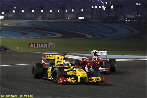 Виталий Петров сдерживает натиск Фернандо Алонсо во время Гран При Абу-Даби