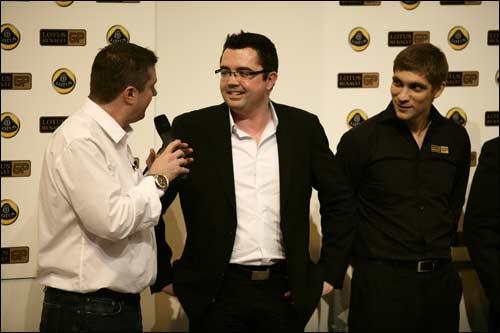 Глава Lotus Renault GP Эрик Булье и Виталий Петров на гоночной выставке в Бирмингеме