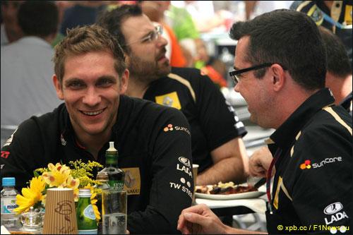 Виталий Петров с руководителем Lotus Renault GP Эриком Булье