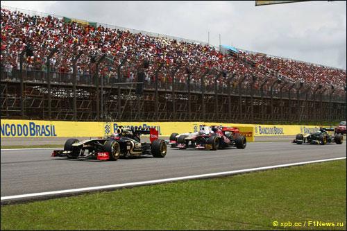 Виталий Петров ведет борьбу с соперниками на трассе Гран При Бразилии
