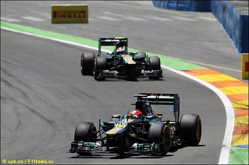 Гонщики Caterham на трассе в Валенсии