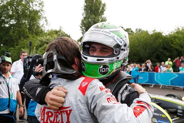 Нельсон Пике принимает поздравления с победой в чемпионате от Жерома д'Амброзио