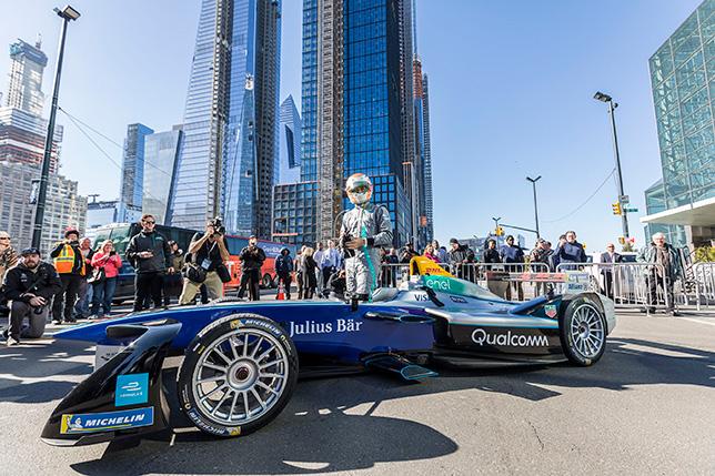 Нельсон Пике у машины Формулы E на Манхэттене