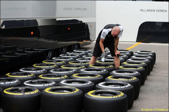 Механик работает с шинами Pirelli