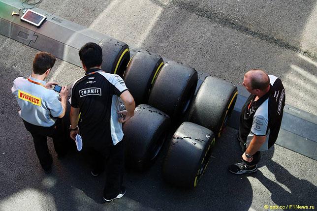 Специалисты Pirelli работают с командой Force India