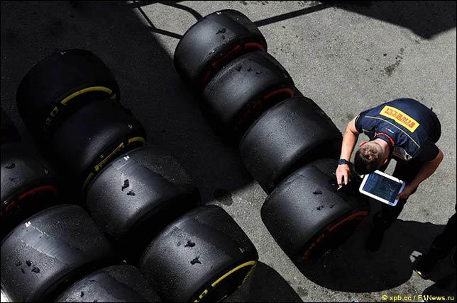 Техник Pirelli работает с резиной