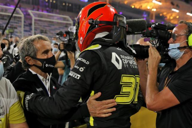 Ален Просто поздравляет Эстебана Окона, занявщего 2-е место в Гран При Сахира, фото HochZwei