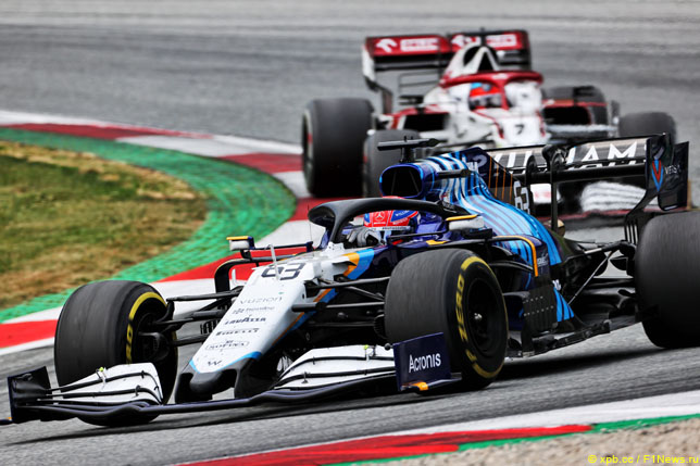 Кими Райкконен преследует Джорджа Расселла на Гран При Австрии