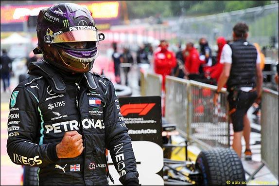 Льюис Хэмилтон выиграл сложную дождевую квалификацию в Шпильберге