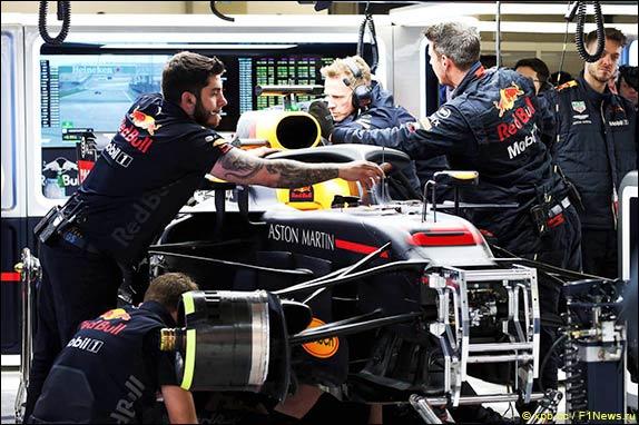 В боксах Red Bull Racing работают с машиной Риккардо