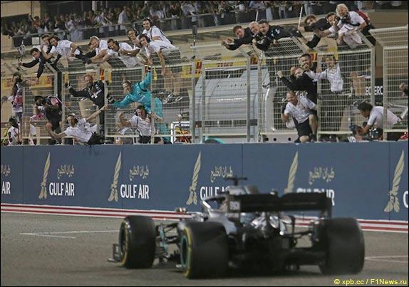 Льюис Хэмилтон выиграл гонку в Бахрейне