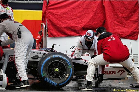 Замена носового обтекателя на машине Антонио Джовинацци перед стартом гонки