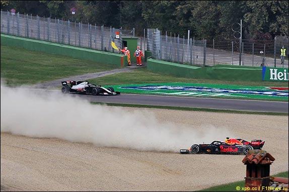 На 51-м круге Ферстаппен выбыл из борьбы, машина неожиданно потеряла стабильность на прямой, вылетела и застряла в гравии