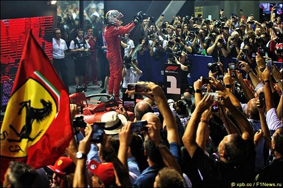 Себастьян Феттель выиграл Гран При Сингапура, одержав первую победу в сезоне и 53-ю в карьере.