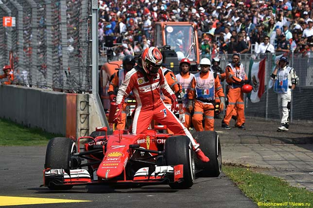 Кими Райкконе покидает кокпит Ferrari после столкновения с Валттери Боттасом