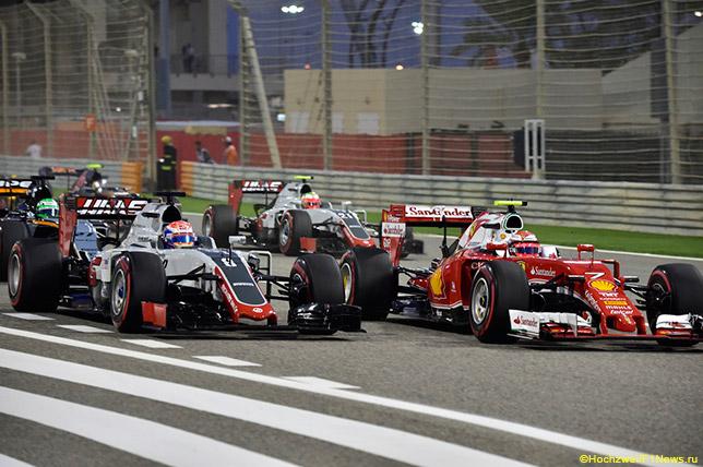 Кими Райкконен борется на старте Гран При Бахрейна с Романом Грожаном