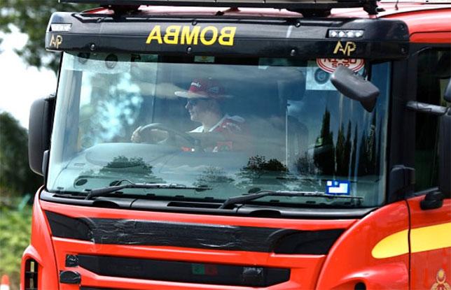 Кими Райкконен за рулём пожарной машины во время акции Shell V-Power Job Swap Asia