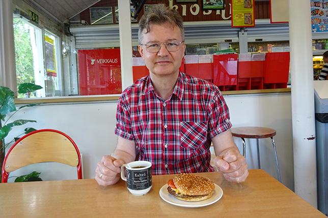 Автор готовится приступить к Боттас-бургеру, фото Алины Лось