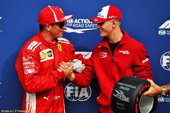 Кими Райкконен получил приз Pirelli из рук Мика Шумахера, сына семикратного чемпиона мира