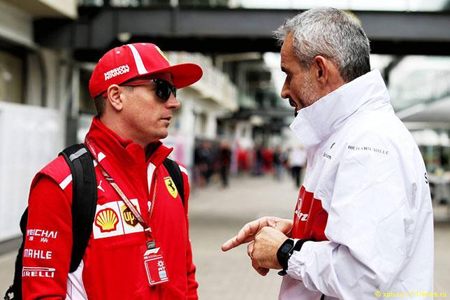 Кими Райкконен в паддоке Интерлагоса беседует с Беатом Цендером, менеджером команды Sauber