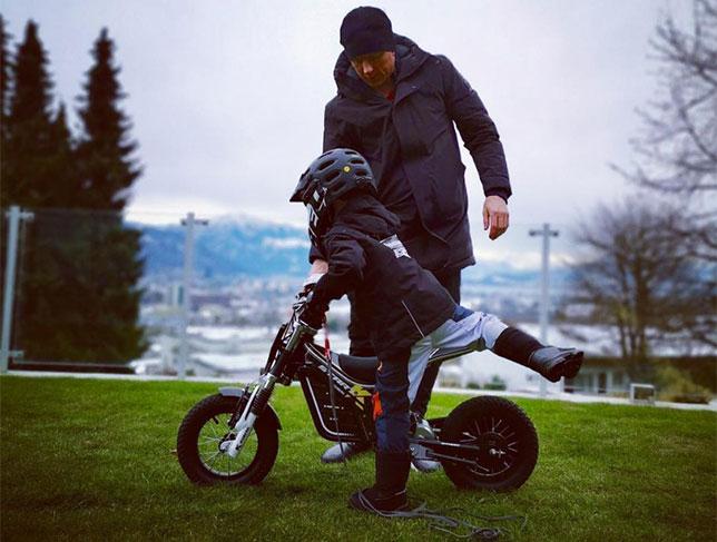 Юный Робин Райкконен осваивает кроссовый мотоцикл под руководством папы, фото из Instagram гонщика