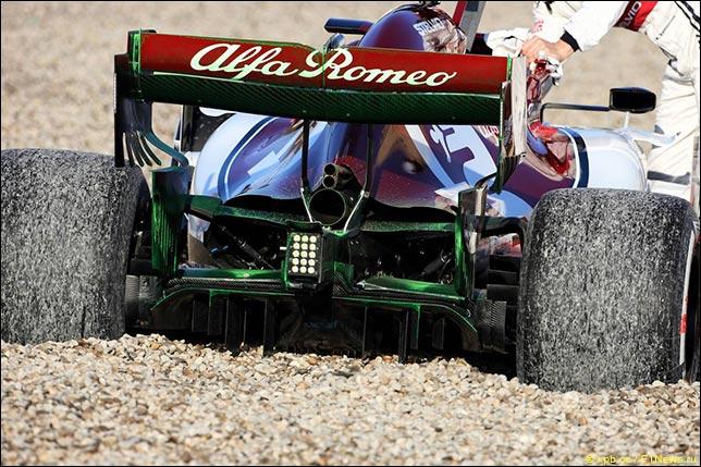 Alfa Romeo Кими Райкконена вылетела в гравий из-за проблем с тормозами