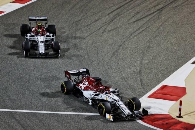 Машины Alfa Romeo на трассе Гран При Бахрейна