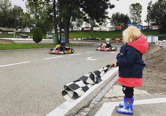Кими Райкконен с детьми тренируется на картодроме