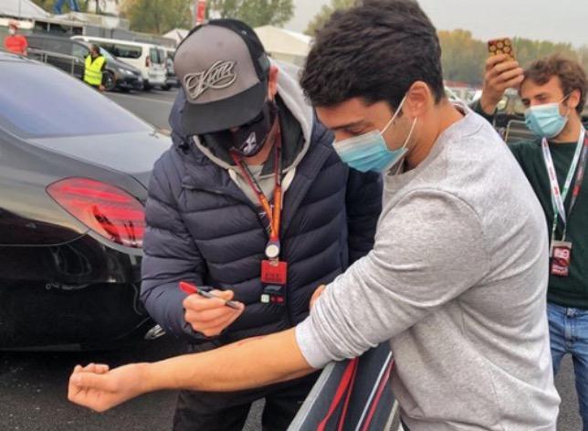 Кими Райкконен расписывается на руке Пьетро Маньяни