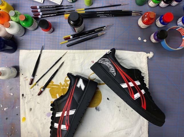 Именные кроссовки, подаренные Кими Райкконену на Рождество, фото из Twitter Alfa Romeo