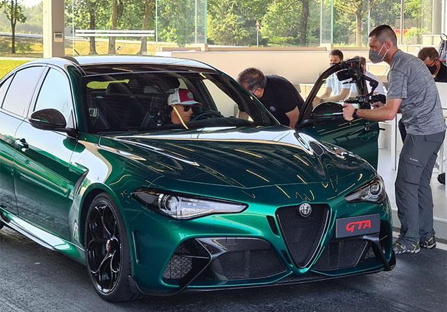 Кими Райкконен за рулём Alfa Romeo Gulia GTA, фото пресс-службы Alfa Romeo