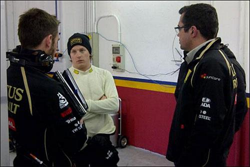 Кими Райкконен на тестах в Валенсии, справа - руководитель команды Эрик Булье