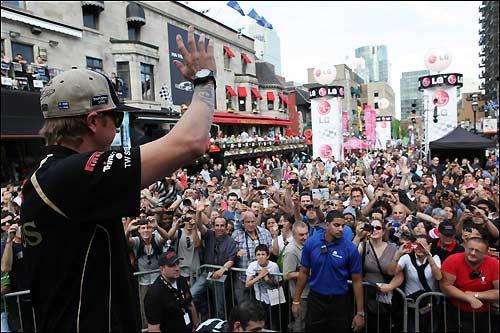 Кими Райкконен приветствует публику на встрече с болельщиками в центре Монреаля