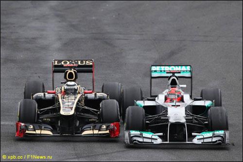 Кими Райкконен ведет борьбу с Михаэлем Шумахером на трассе Гран При Бразилии