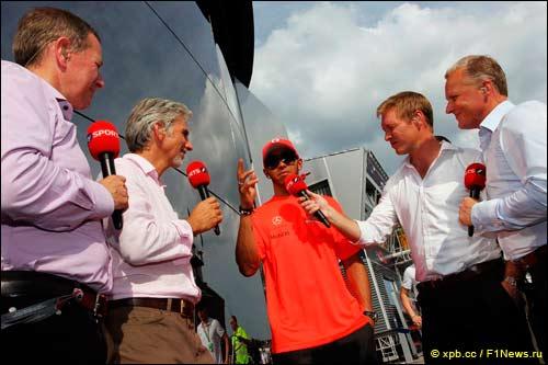Гоночная бригада Sky - Мартин Брандл, Дэймон Хилл, Саймон Дэзенби, Джонни Херберт и гонщик McLaren Льюис Хэмилтон