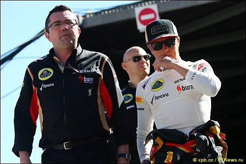 Кими Райкконен (справа) и руководитель Lotus F1 Эрик Булье