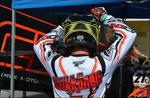 Кими Райкконен разминается перед тем как сесть в седло мотоцикла