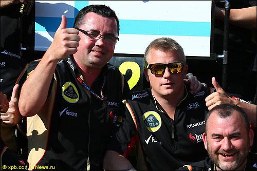 Кими Райкконен и руководитель Lotus F1 Эрик Булье (слева)