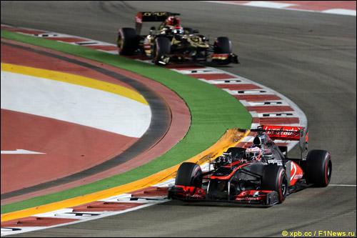 Кими Райкконен преследует Дженсона Баттона на Гран При Сингапура