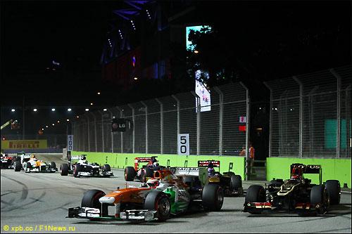 Кими Райкконен готовится к атаке Пола ди Ресты на Гран При Сингапура