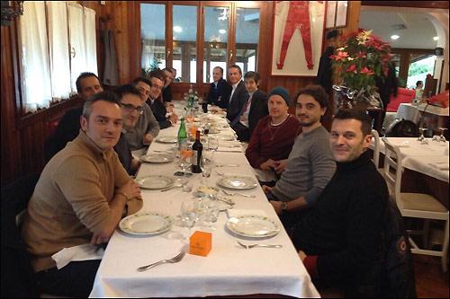 Кими Райкконе (третий справа) на ужине в Маранелло в кругу сотрудников Ferrari