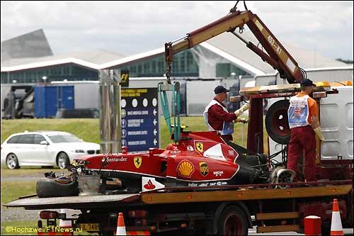 Ferrari Кими Райкконена эвакуируют с трассы после аварии в Сильверстоуне