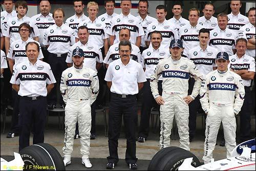 Групповое фото BMW Sauber в Интерлагосе. Вилли Рампф - слева в первом пяду