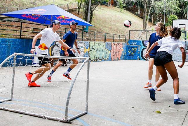 Макс Ферстаппен и Даниэль Риккардо играют с бразильскими мастерами футзала