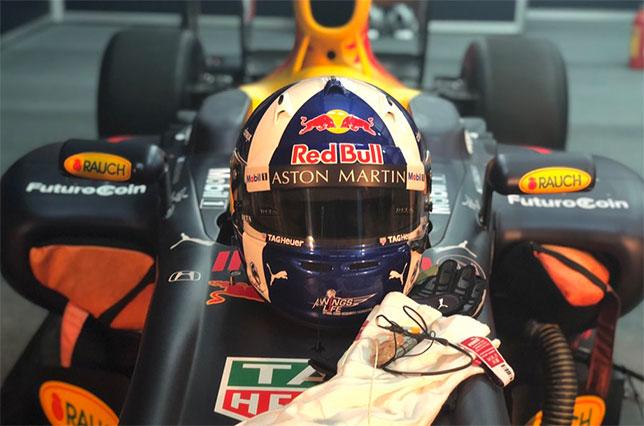 Шлем Дэвида Култхарда на машине Red Bull перед началом демо-заездов