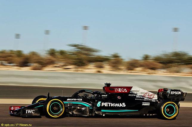Льюис Хэмилтон за рулём Mercedes W12т на тестах в Бахрейне